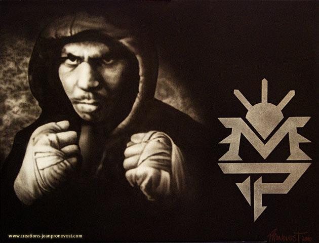 Peint au airbrush, voici Manny Pacquiao avec son logo, on remarque que l'aspect noir et blanc donne un rendu dramatique à la peinture. M. Pacquiao a à son palmarès une fiche étonnante. Il est entre autres champion du monde super welter WBC.