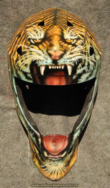 Casque de hockey décoré d'une tête de tigre peinte peinte au   airbrush