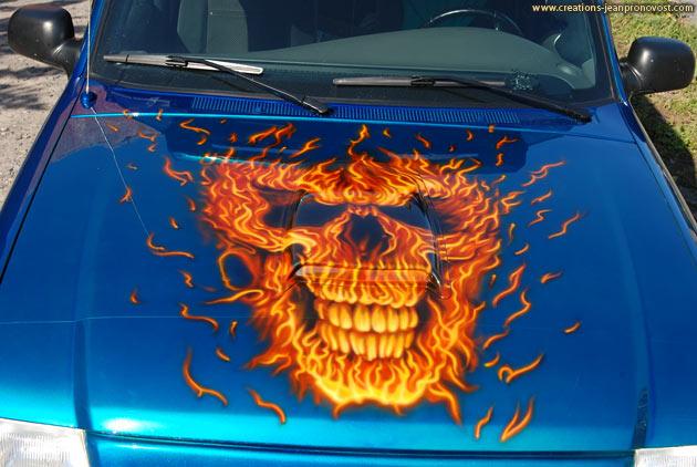 Crâne de feu peint au airbrush sur le hood du camion