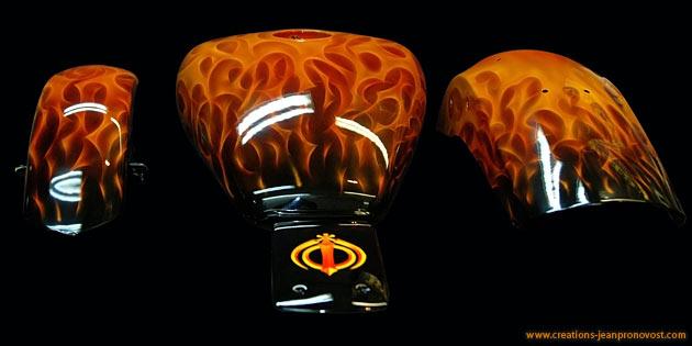 Flamme peinte au airbrush sur réservoir de moto, feu airbrush Harley - Montréal, Québec, Canada