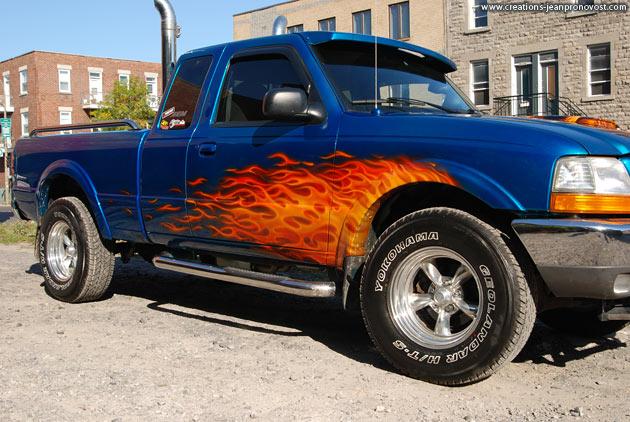 Flammes peintent au airbrush sur les côtés du camion