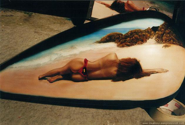 Réservoir de Harley avec femme nu sur la plage peint au airbrush