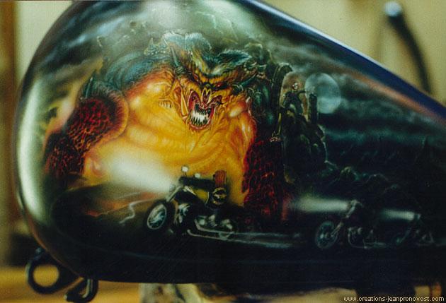 Airbrush fantastique sur réservoir de Harley