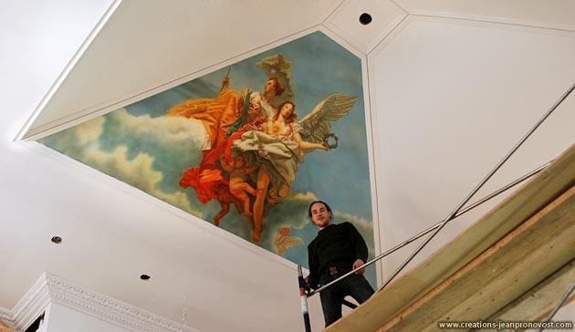 L'artiste peintre Jean Pronovost sur un échafaud devant la murale qu'il a peint au airbrush