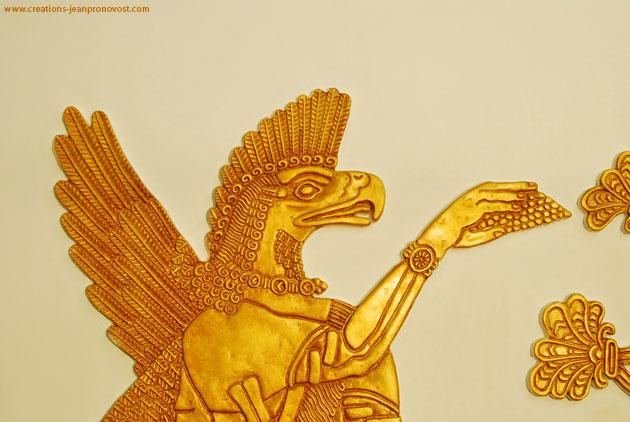 Sculpture en bas relief d'inspiration assyrienne