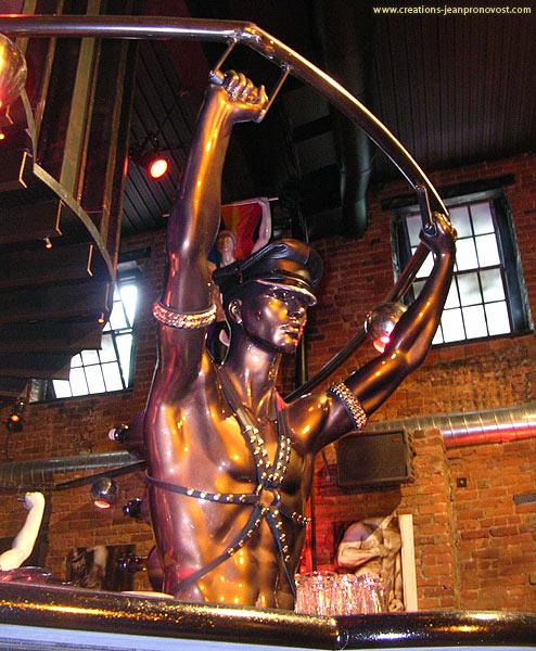 Statue porte bouteille au fini métallique