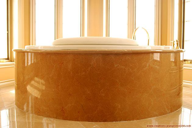 faux marbre peint sur l'extérieur du bain tourbillon