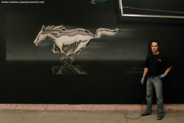 L'artiste peintre montréalais spécilaiste du airbrush Jean Pronovost devant la murale réalisé pour l'émission « Ma maison signée Manon Leblanc ».