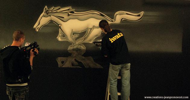 L'artiste peintre muraliste montréalais spécialiste du airbrush Jean Pronovost à l'oeuvre durant le tournage de l'émission Ma Maison signée Manon Lablanc