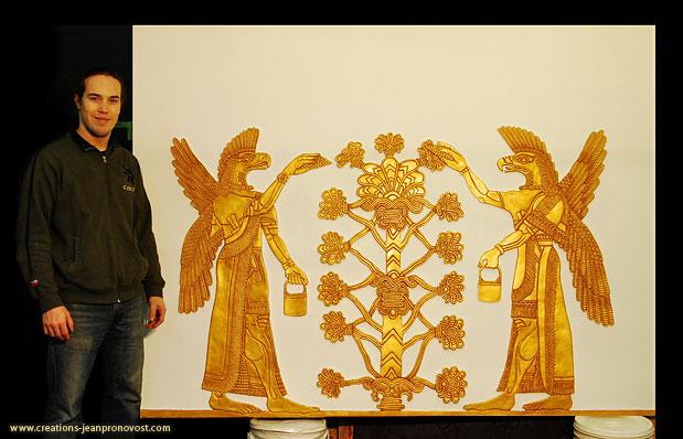 L'artiste peintre et sculpteur québécois Jean Pronovost devant sa reproduction de sculpture bas-relief assyrien.