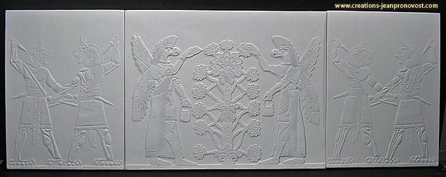 La reproduction de sculpture assyrienne dans le contexte d'un tryptique inspiré de l'art d'anciennes civilisations.