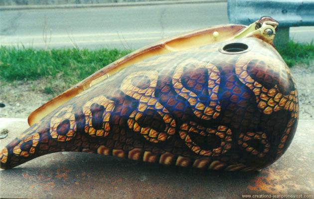 Réservoir d'Harley Davidson avec peau de serpent peint au   airbrush