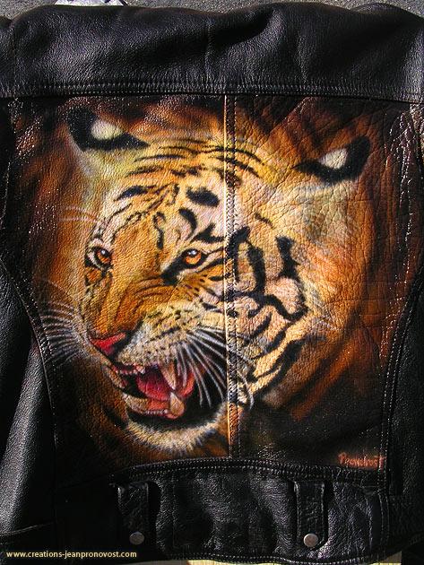 Tigre peint au air brush sur un manteau de cuir