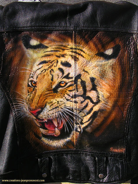 Tigre peint au air brush sur un manteau de cuir