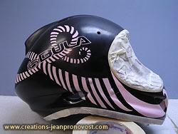 peinture airbrush sur casque de ski avant l'application du vernis